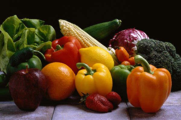 Alimente ce pot proteja împotriva cancerului: Fibrele din fructe si legume ar putea limita riscul de cancer colorectal iar fructele pot proteja impotriva cancerului pulmonar.